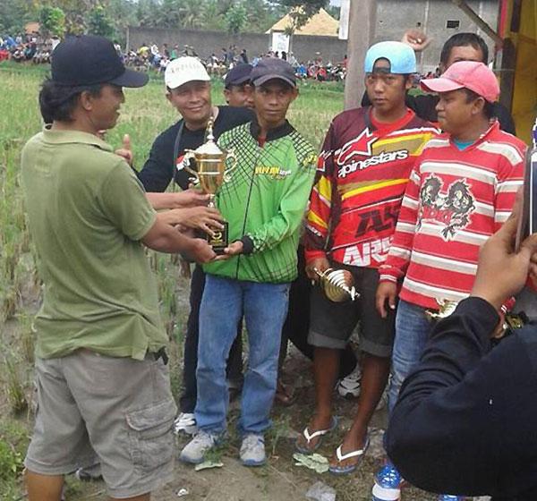 Joki Bernadette menerima Piala Juara 1 di Kebumen