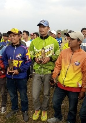 Pelepas Anak Langit ketika menerima Piala Peringkat 8 Lomba Utama Junior Anniversary 2017 di Bandung